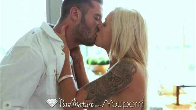Порно видео - Pure Mature Blonde MILF ge creampie from young stud