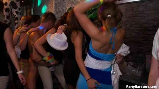 убойная вечеринка в клубе порно